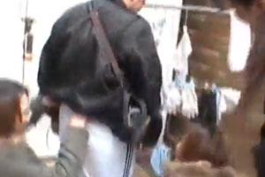 痴女3人にかこまれて路上でチ○ポにつばかけられてしごかされる男が悲惨www
