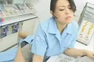 淫乱そうなコンビニ店員の美人妻をクンニと手マンで大量潮吹きさせるめでたい動画www