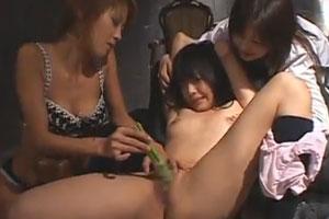 レズな女王様軍団が捕獲美少女のクリトリスとお野菜つかって徹底的に責める一部始終桜田さくら