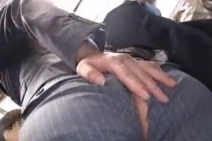 巨乳OLが電車内でしゃがんだらまさかのズボンが破れお尻丸出しそのまま痴漢にズボズボされてスーツにぶっかけwww