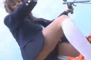 No718|かわいい女の子が自電車で疾走ちょっとづつ制服を脱ぎながらゼギは全裸で白ソックスwww