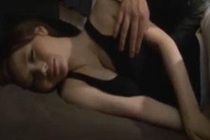 No969|寝入った巨乳のお姉さんを起こさないようにチ○コすりつけてたら起きたのでレイプぶっかけ